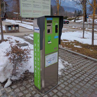 Tiskanje parkirnih listkov z registrskimi številkami na parkomatih